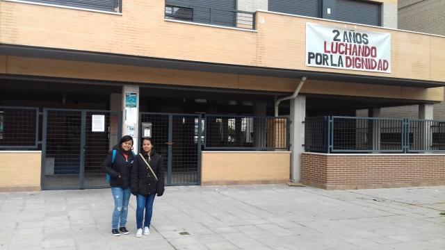 Isa y Angie en el edificio recuperado La Dignidad